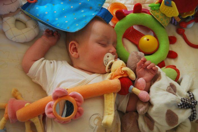Игрушки — это один из кирпичиков в формировании будущего наших детей. Они позволяют им развиваться и познавать мир. Поэтому при выборе игрушек мудрые родители руководствуются не только соображениями пользы и веселья, но еще и стараются не перегибать с количеством. Вот несколько преимуществ, которые становятся доступны детям, если количество их игрушек ограничено. 1. Это помогает детям мыслить творчески. Слишком большое количество игрушек лишает детей возможности подключать воображение. В Германии двое работников здравоохранения, Штрик и Шуберт, провели эксперимент, в котором убедили избавить один детский сад от игрушек на 3 месяца. И хотя на первоначальном этапе эксперимента дети мучались от скуки, вскоре воображение взяло свое, и они сами стали придумывать игры. 2. Это повышает уровень концентрации детей. Когда в жизни детей слишком много игрушек, им становится сложно сфокусировать внимание на чем‑то одном. Ребенок начинает меньше ценить игрушки, когда знает, что в случае чего есть еще множество других вариантов. 3. Это позволяет детям быстрее и легче устанавливать связи. Дети с меньшим количеством игрушек развивают межличностные отношения с другими детьми и взрослыми гораздо успешнее. Они учатся, разговаривая, отдавать и принимать. Исследователи также связывают будущие успехи ребенка в научной сфере именно с его дружбой в детстве. 4. Это учит детей ценить то, что у них есть. Когда у ребенка слишком много игрушек, он перестает заботиться о них. Он не ценит их, поскольку знает, что, если сломается — всегда последует замена. Если у вас есть дети, которые постоянно ломают игрушки, попробуйте забрать у них большую часть. Они быстро сообразят, что к чему. 5. Чем меньше игрушек, тем больший интерес к чтению, писательству и искусству. Меньшее количество игрушек позволит вашим детям больше увлекаться книгами, музыкой и рисованием. А любовь к искусству, в свою очередь, научит видеть прекрасное в мире. 6. Это делает детей изобретательнее. В школе, как правило, ответы ученика