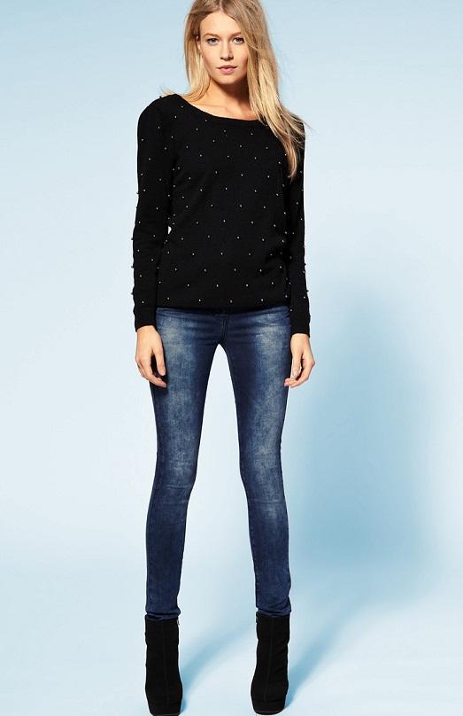 Сексуальные девушки в облегающих джинсах и майках