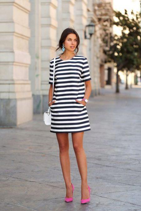 Платье с полоской впереди