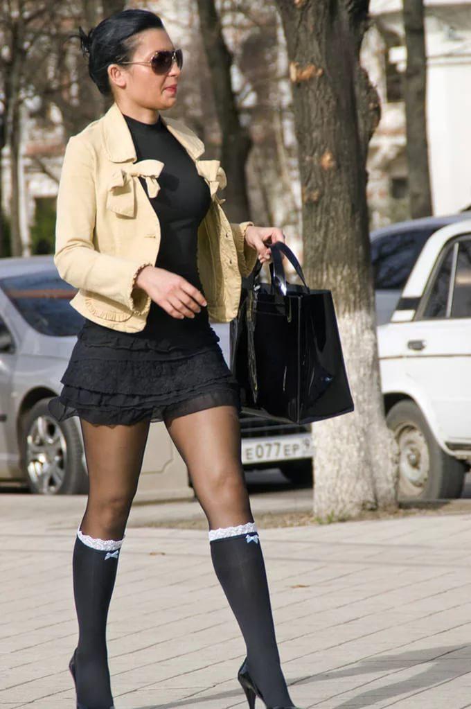 женщины в чулках на улице - 13