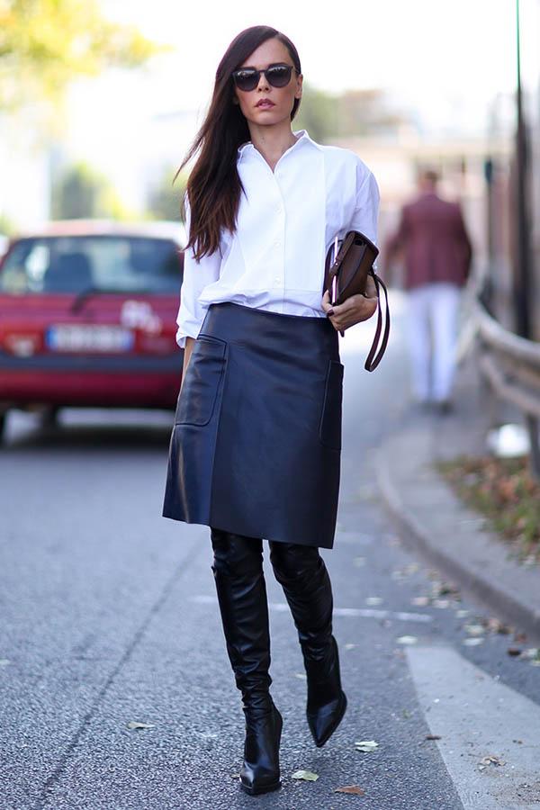 Девушка в белой рубашке и кожаной юбке.