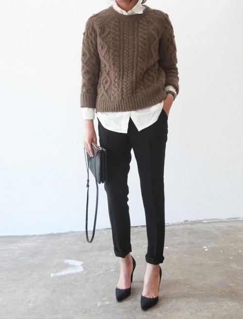 Женщина в свитере, брюках и черных туфлях на невысоком каблуке.