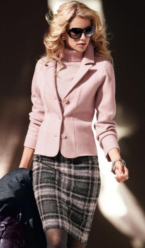 Женщина в жакете и шерстяной юбке.