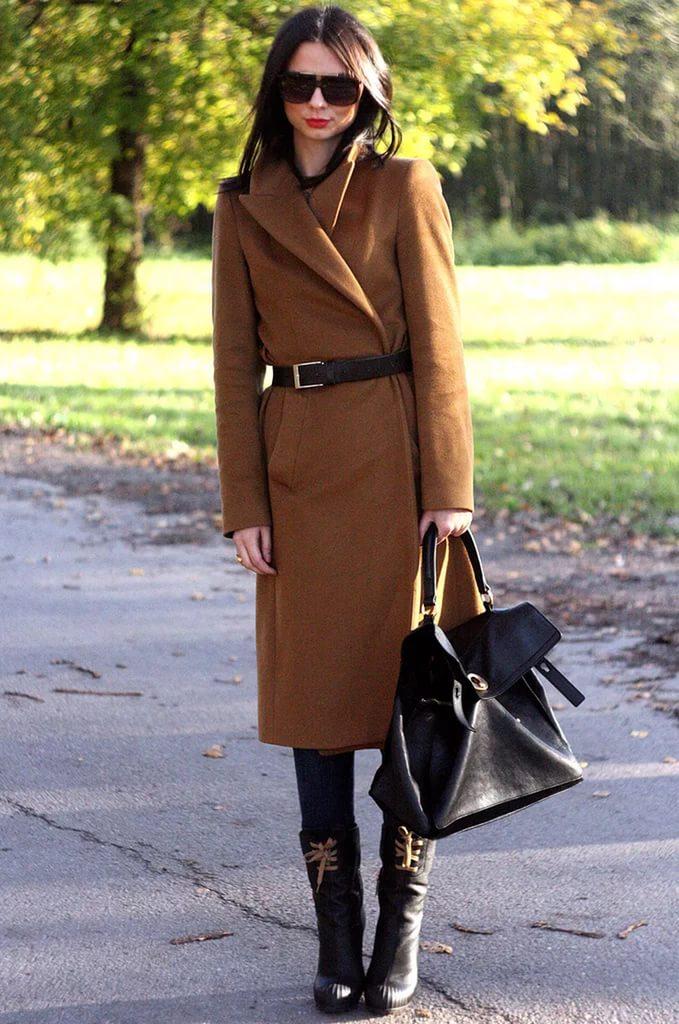 Женщина в коричневом кашемировом пальто с ремнем.