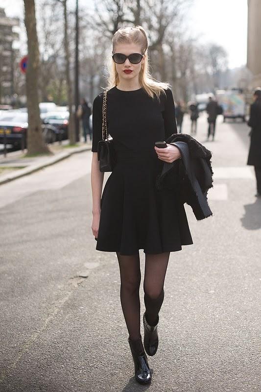 Девушка в маленьком черном платье-футляре.