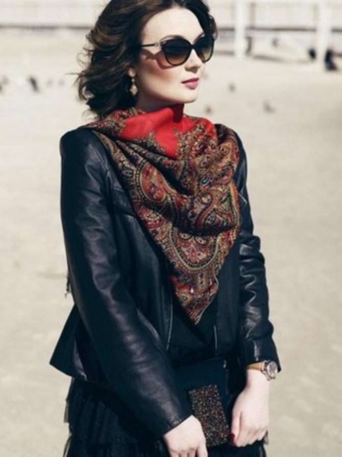 Девушка в очках с шелковым платком и часами.