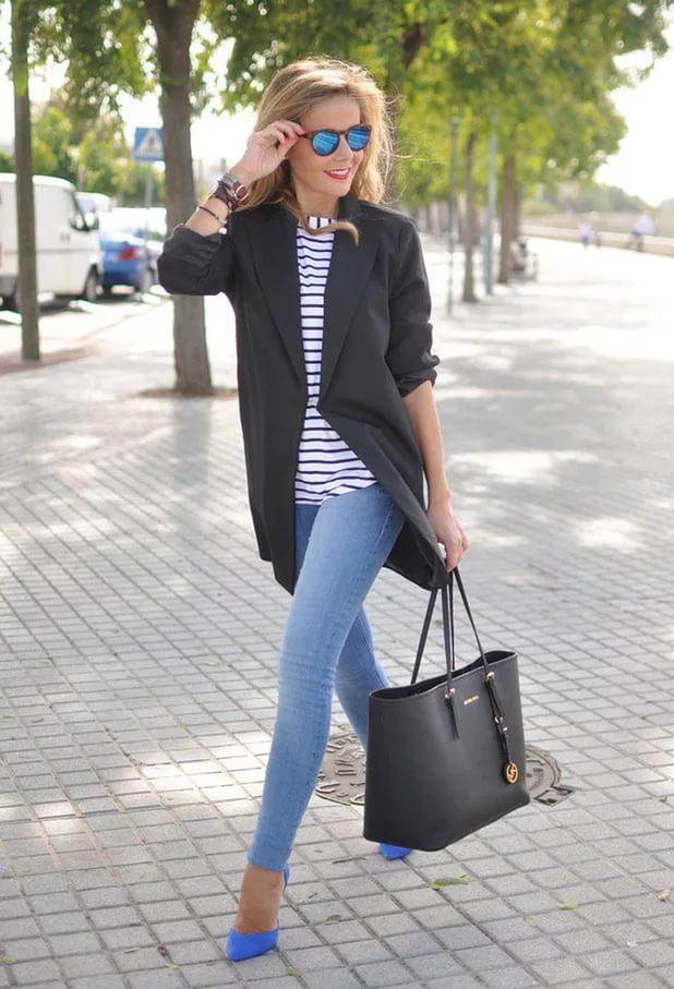 Девушка в светло-синих джинсах.