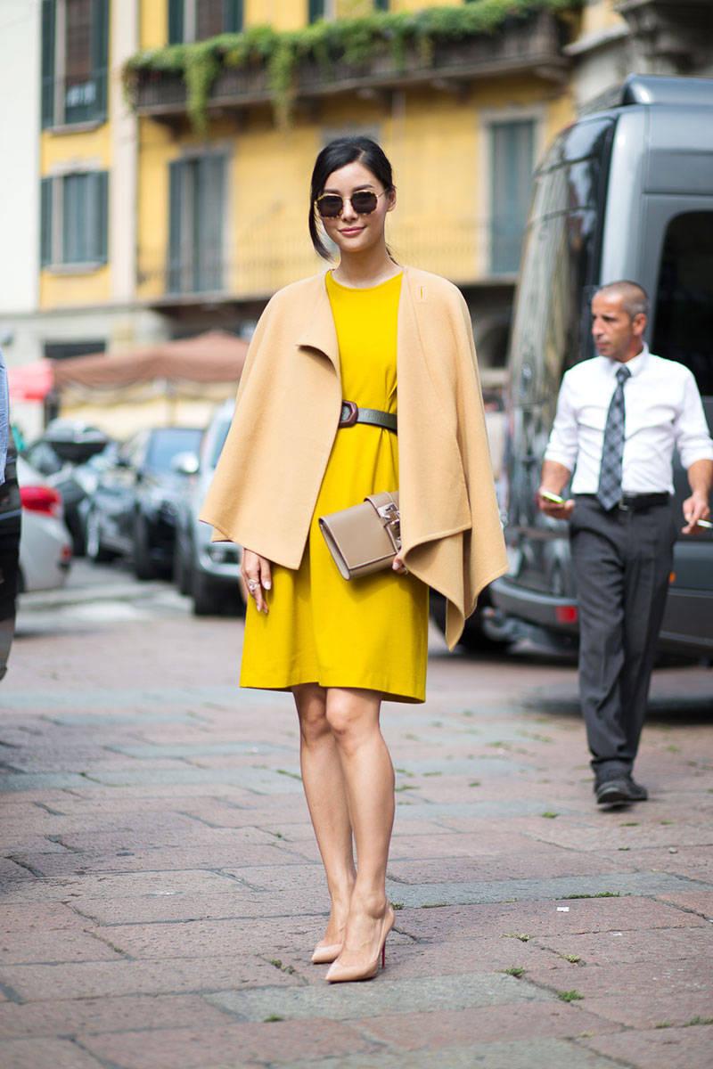 Женщина в туфлях-лодочках телесного цвета.