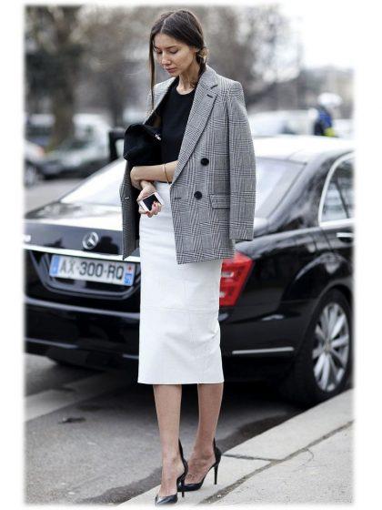 Женщина в пиджаке и юбке-карандаш.