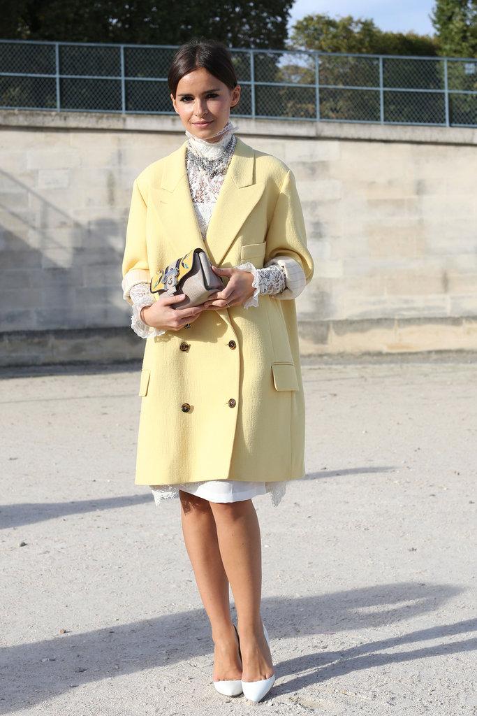 Женщина в желтом кашемировом пальто.