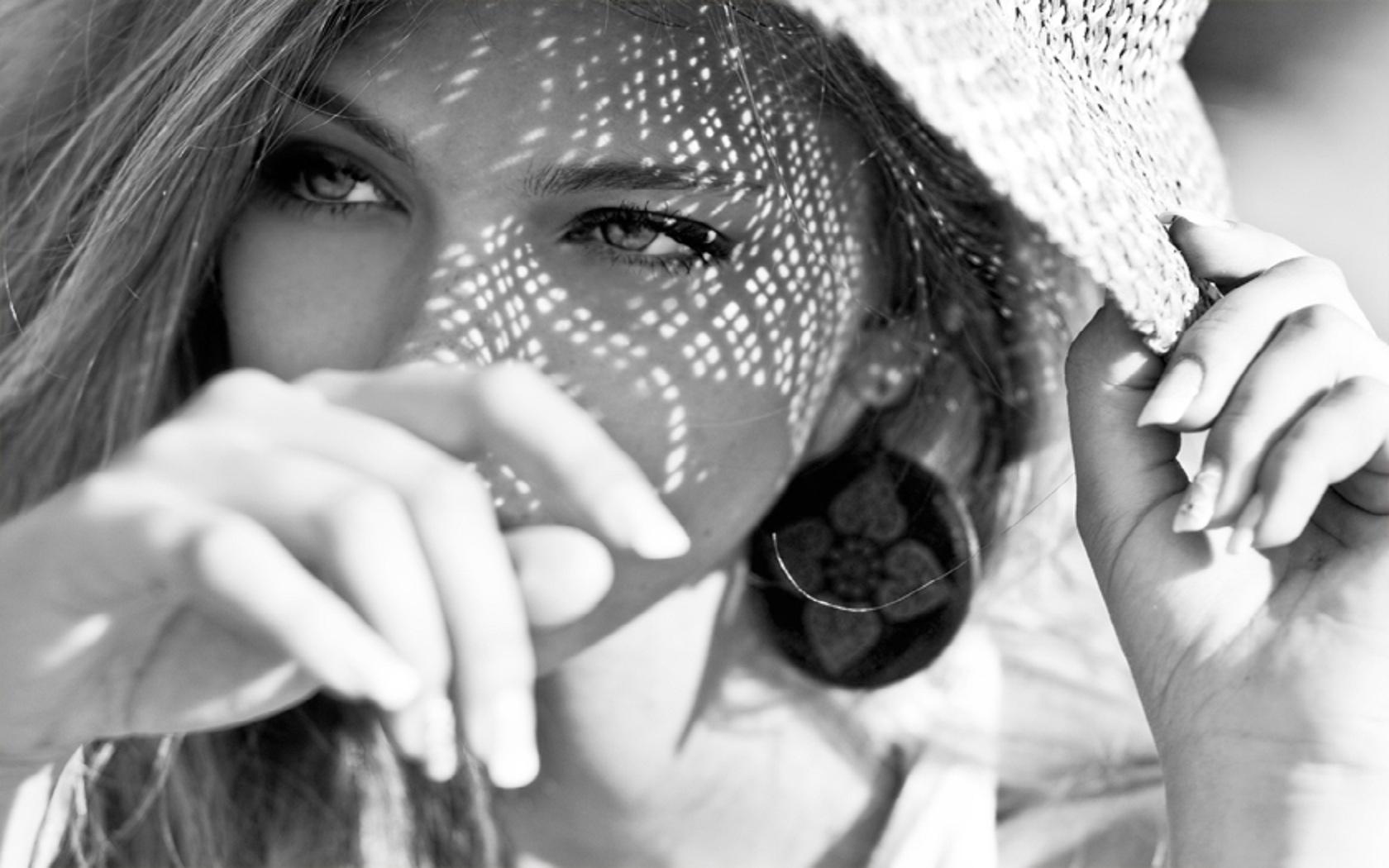 Ожидание девушка черно белое фото