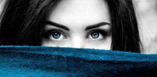 """Глаза способны гипнотизировать, завораживать и сводить с ума. Мы подготовили для вас список известных женщин с самыми красивыми и притягательными глазами в мире. 1. Одри Хепберн Невероятной красоты медовые глаза этой иконы стиля свели с ума не одного мужчину. 2. Софи Лорен Притягательные """"лисьи"""" глазки стали главной визитной карточкой Софи Лорен. 3. Леона Льюис Большие зеленые глаза певицы в сочетании с её бронзовой кожей смотрятся просто сногсшибательно. 4. Айшвария Рай Вне всяких сомнений, титул Мисс Мира актриса получила заслуженно! 5. Элизабет Тейлор Удивительными тёмно-синими глазами Элизабет Тейлор до сих пор восхищаются миллионы. Некоторым они даже кажутся фиолетовыми! 6. Анджелина Джоли Кошачьи глаза Энджи способны загипнотизировать. 7. Шарлиз Терон У этой белокурой красавицы множество достоинств, но именно глаза придают её образу неповторимого шарма. А чьи глаза вы считаете самыми красивыми?"""