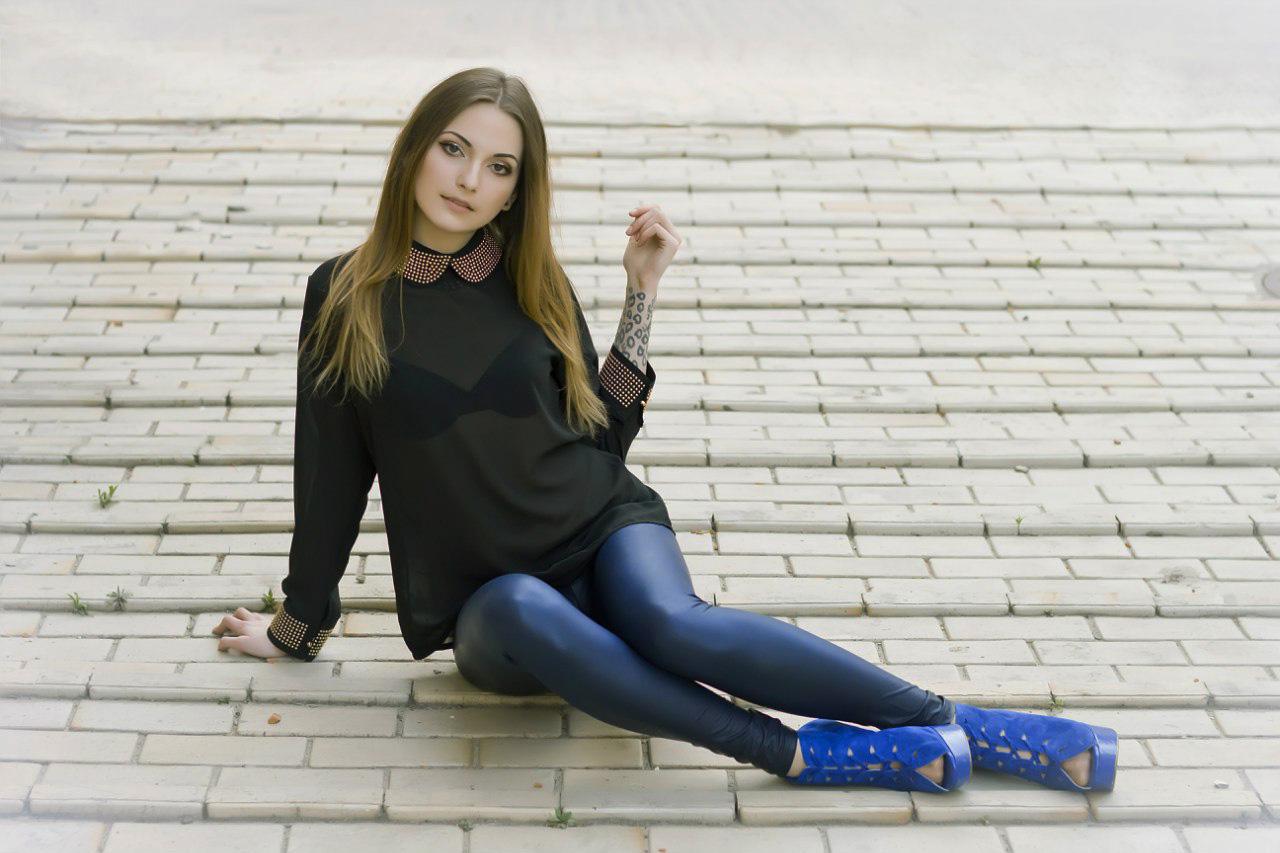 Фото девушек в лосинах на улицах, Девчонки в обтягивающих леггинсах 16 фотография