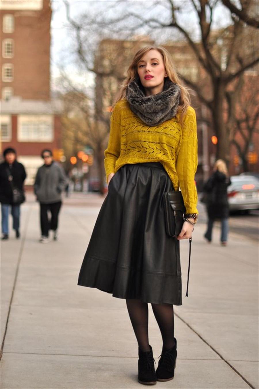 Образ с ярким свитером и кожаной юбкой-солнце aa5c14c0d0f