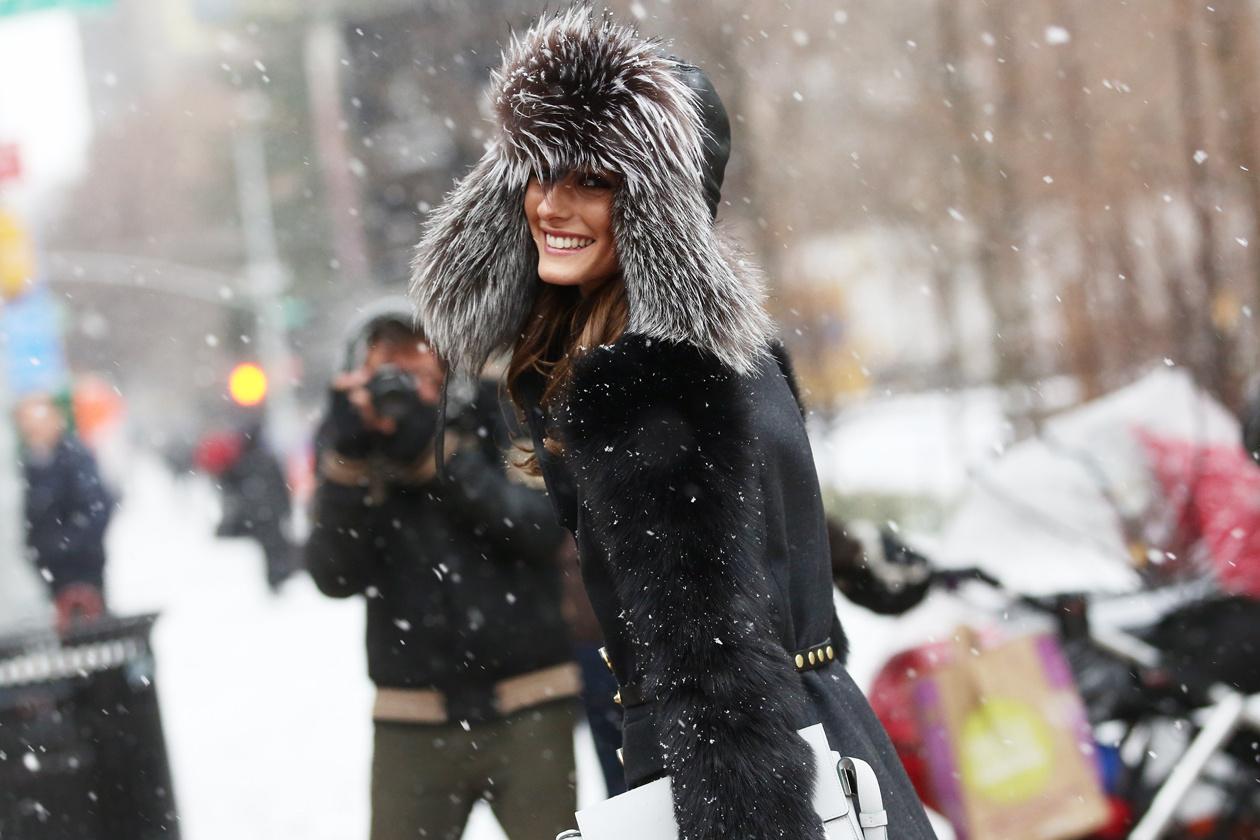 Мода на улицах больших городов / девушка в пальто на улице