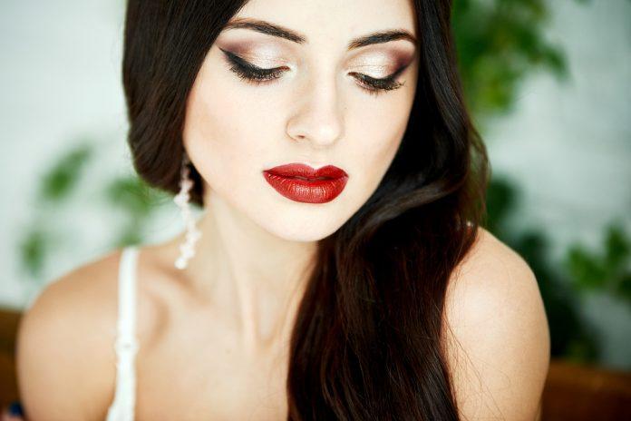 10 универсальных цветов в макияже, которые преобразят любую девушку