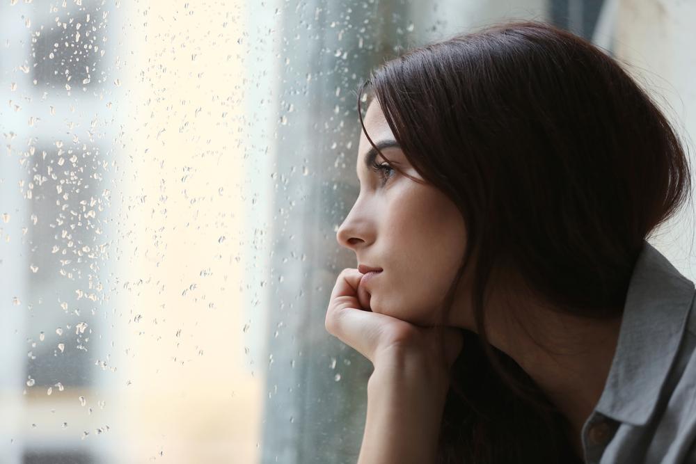 Картинки грустная женщина у окна