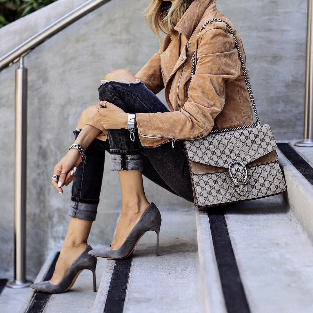 Девушка в туфлях и джинсах скинни с подворотами.