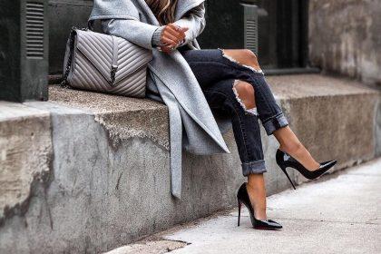 Стильный образ девушки в джинсах с подворотами.