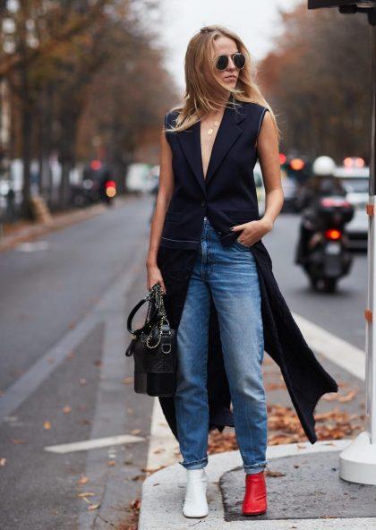 Девушка в джинсах чинос с подворотами.