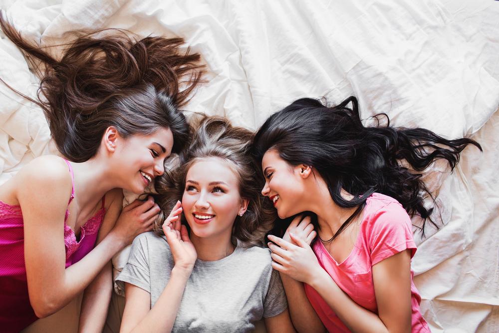 три подруги обсуждают фото