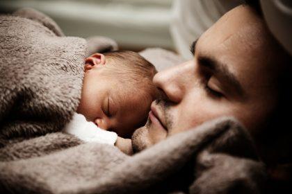 Отец с ребенком вместе спят.