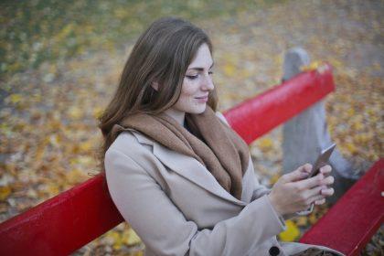 Девушка переписывается с парнем, чтобы его заинтересовать.
