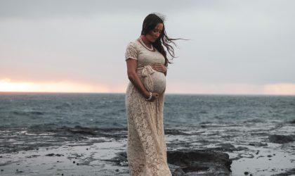 Беременная девушка на берегу моря.