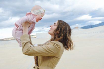 Женщина держит на руках грудного младенца.