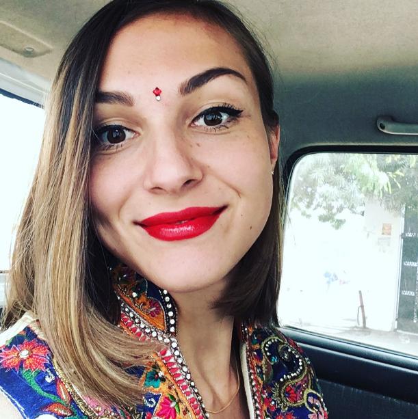 Россиянка вышла за красавца-индуса и уехала к нему на родину. Как живет пара спустя 5 лет[a] 7